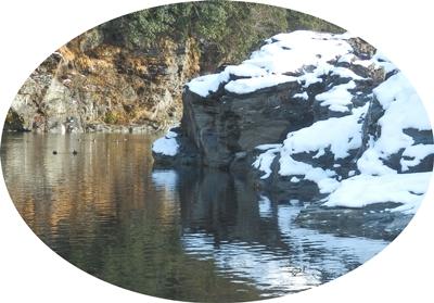 雪が残る岩畳