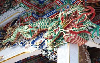 向拝を飾る5頭の竜